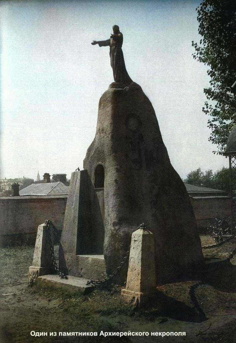На территории архиерейского кладбища (сейчас территория зоопарка)