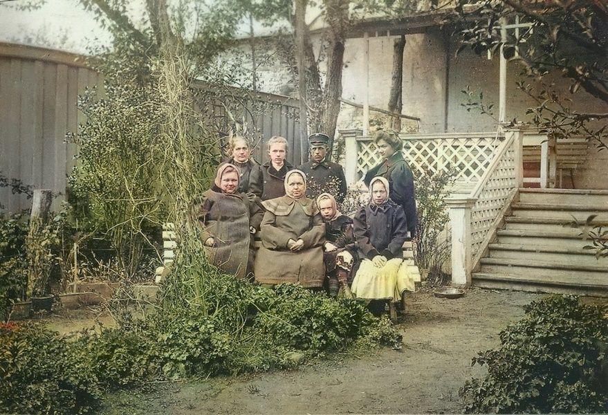 В саду дома купца А. С. Алина. на Сибирской 19.