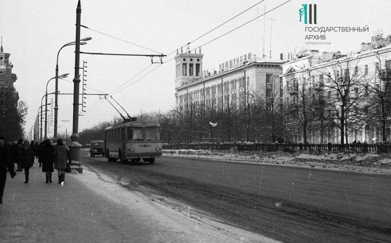 Часть Комсомольского проспекта, справа - здание _Пермэнерго_