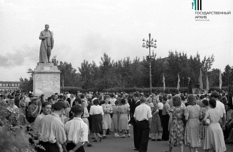 Молотов. Зрители на концерте у памятника И.В. Сталину