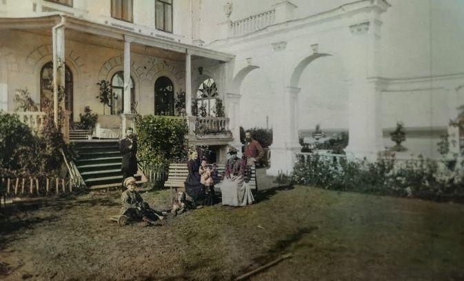 Во дворе дома Мешкова: Н.В. Мешков, Е.И. Мешкова с внучкой Еленой, Т.В. Мешкова и Таисья, 1892 г.